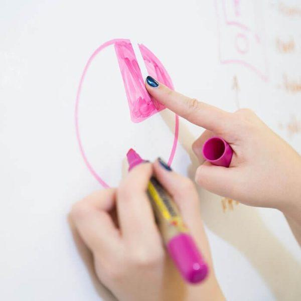 pisanie markerem po ścianie