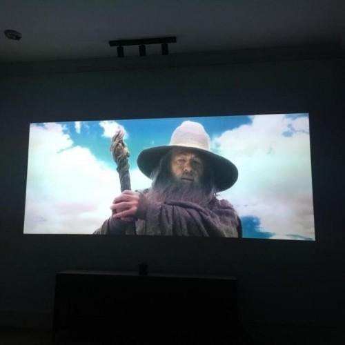 jakość Full HD na powierzchni projekcyjnej